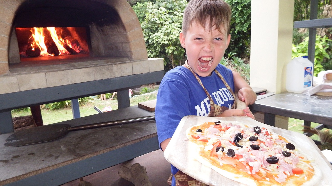 cooking a pizza at home